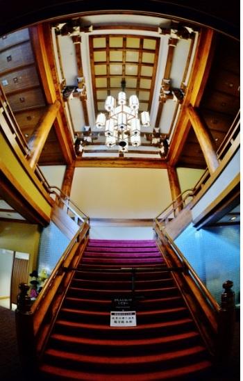 宇治の平等院を模して設計された「浜名湖ホテル」。 現在、内部を見学することはできませんが、1階から2階への階段と吹き抜けに往時の優雅さをしのぶことができます。