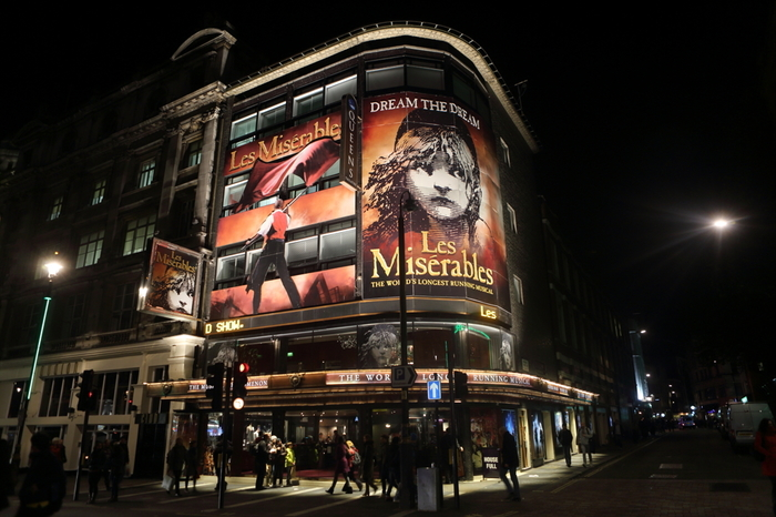 1985年にロンドンで初演された「レ・ミゼラブル」は、ヴィクトル・ユゴー作「あゝ、無情」を原作としたミュージカルです。ドラマティックな脚色を加えた臨場感あふれる美しい舞台は、ミュージカル史に残る名作といえるでしょう。   日本でも1987年に初上演されて以来、何度もロングラン公演になる大人気の演目。ファンからは、「レミゼ」の愛称で親しまれています。再演のたびに公開オーディションでキャストが選考されることも有名で、実力のある俳優陣によるハイクオリティーな舞台が上演されています。