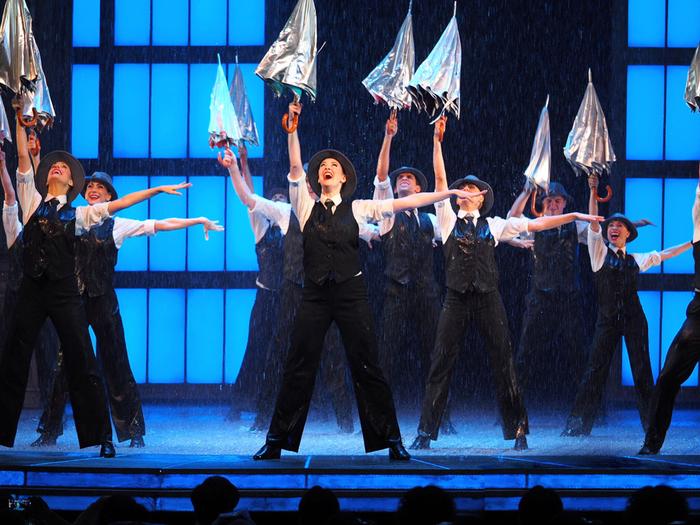 アメリカで発祥したミュージカルの歴史は、1927年にニューヨーク・ブロードウェイで上演された「ショウボート」が始まりといわれています。その後、数々の名作ミュージカルが生まれ、上演されてきました。  台詞とともに美しい旋律の楽曲にのせた歌唱、迫力のあるしなやかなダンス、一糸乱れぬアンサンブルが楽しめる舞台は、まさしく「最高のエンターテイメントショー」といってもよいでしょう。  また、ストーリーや登場人物の喜怒哀楽を分かりやすく表現した構成と演出で、観客の心を鷲づかみに。舞台と客席とが一体になるようなライブ感が、ミュージカルの最大の魅力です。