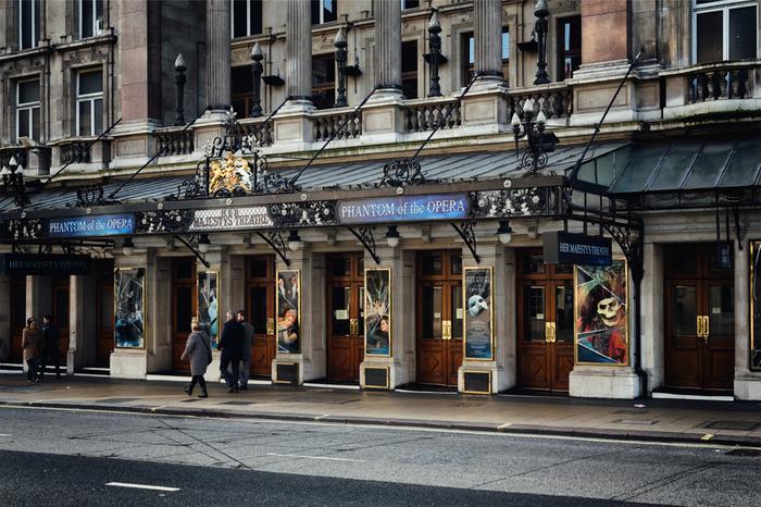 """パリ・オペラ座を舞台にした「オペラの怪人」は、""""ミュージカル界最高峰のミュージカル""""として、ミュージカル史を大きく塗り替えたロンドン発のミュージカル作品。ロンドンでの初演から間もなくブロードウェイでの上演も決まり、現在もロングランを記録する人気演目です。  圧倒的なストーリー展開と演出、キャストの技量と厚みのあるコーラス、一糸乱れぬダンスで、華やかなパリ・オペラ座を再現。そして、登場人物の心情を丁寧に表現した美しいストーリーは、初心者必見のミュージカル代表作品です。"""