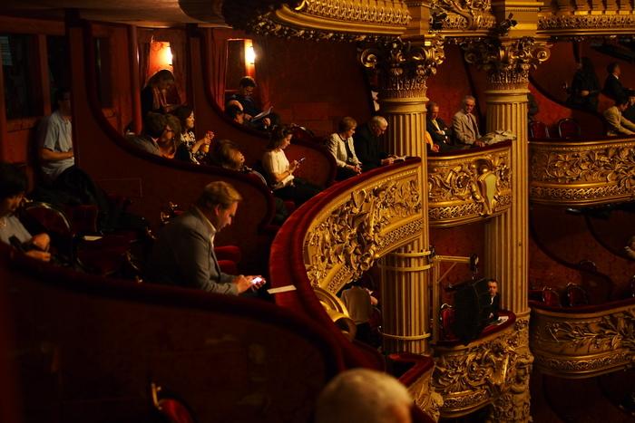 劇場での立ち振る舞いに特別なルールはありませんが、上演中に大声で話したり、座席から前のめりになるなど、周囲の方が不快に思うような振る舞いは控えるようにしましょう。キャストの表情などはっきりと見たい場合や舞台から遠い席の場合は、劇場用のオペラグラスを準備しておくのがおすすめ。  また、劇場にスマホは持ち込むことができますが、「上演中は電源を切る」、「上演中の撮影や録音をしない」など、最低限のマナーは徹底して守ることが大切です。圧倒的な美声とパフォーマンスで繰り広げられる舞台の世界に、思いっきり浸ってみましょう。