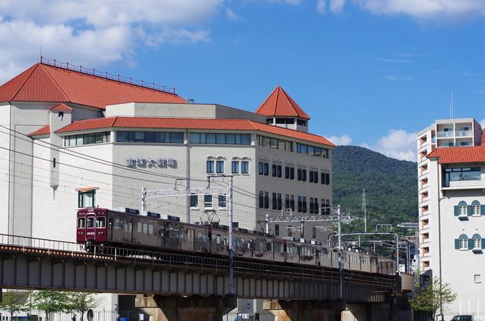 1913年に設立された『宝塚歌劇団』も、5つの組が一年を通してミュージカルの舞台を上演しています。兵庫県宝塚市が本拠地ですが、東京にも専用劇場も構えています。海外で人気を博したミュージカルを国内初上演することも多く、日本ミュージカル界に確固たる地位を築いています。  宝塚歌劇団の最大の特徴は、団員がすべて女性であること。そのため、ミュージカルの男性役を「男役」と呼ばれる女性が演じており、美しき男性像を体現化した舞台は、「夢の世界」とも称されています。