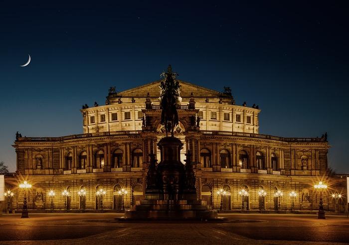 ミュージカルの基礎ともなっているオペラ・オペレッタの歴史は古く、17世紀のイタリアに遡るとされています。もちろん、マイクもない時代だったため、声を豊かに響かせる独特の発声方法が確立され、音楽と歌唱のみで物語をすすめるオペラが生み出されました。19世紀に入ると、対話式セリフを盛り込んだオペレッタ(軽歌劇)が登場し、後のミュージカルへと発展していくことになります。  世界各国に歴史あるオペラハウスで上演されるオペラは、舞台芸術の中でも最高峰といわれる格式と歴史があります。