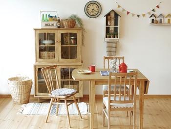 戸棚の中にかごを入れれば、目隠しにもなりすっきりと収納。ガーランドや小物とともに飾れば、ナチュラルレトロでかわいいキッチンの完成です。