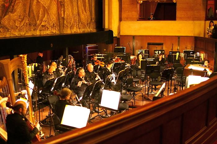 オペラの魅力は、なんといっても、フルオーケストラによる生演奏!上演中は、舞台前に設けられたオーケストラの生演奏にのせて、出演者の圧倒的な美声が響き渡ります。臨場感あふれるオーケストラ演奏による、オペラがさらに情緒的に盛り上がっていく演出もお見事。  オペラは、一流歌手の圧倒的な美声と豊かな音色のオーケストラの「失敗が許されない、一発勝負の舞台」。だからこそ、観客はより大きな感動に心を揺さぶられるのでしょう。