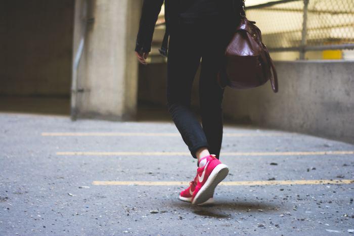 いきなり長時間歩こうと無理をしてしまうと、膝を痛めやすくなるので注意が必要です。三日坊主になってしまう事もありますので、無理なく自分のペースで一駅分歩くことを意識しましょう。
