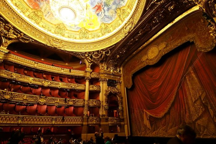 現存するオペラハウスのなかには18~19世紀に建築されたものもあり、建造物としても歴史的価値も高いことが特徴です。オペラ座の内装は、当時の技術を駆使して古き時代の華やかさと美しさを反映した豪華な装飾が施されており、一歩入った瞬間から別世界の空間に入り込んだ気分になります。  2階席以上はボックス席になっていることも多く、ゆったりとオペラを鑑賞することができるようになっています。