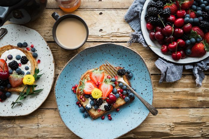 週の真ん中は、やるべき事に追われてずっと考えたり動いたりしてしまう1日の事が多いですね。そんな時だからこそ、朝ごはんで気分をリセットしておくのがおすすめです。いつもなら食パンにジャムだけのところを、季節のフルーツを加えるだけで、体や心が喜ぶ朝ごはんになりますよ◎