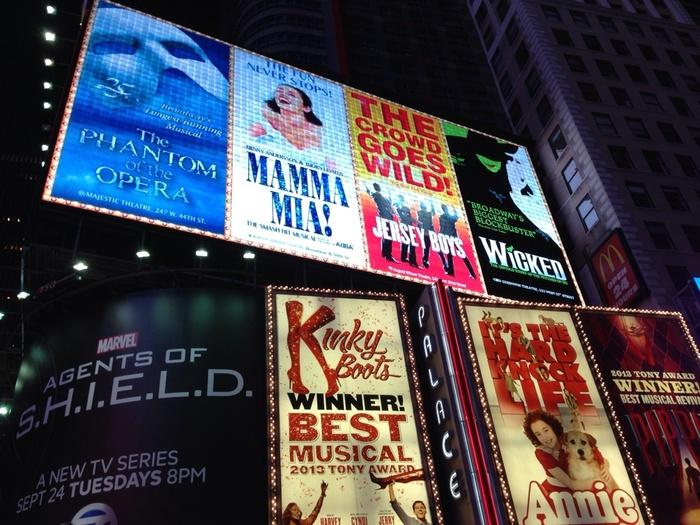 """ときには、ワンランク上の大人の嗜みとして、「舞台」の魅力に触れてみませんか。""""舞台を観る""""というと、ニューヨーク、ロンドンなど、エンターテイメントの本場をイメージしがちですが、実は日本でも、毎日のように公演されていますよ。  「舞台」と一口に言っても、オペラ、オペレッタ、ミュージカル、バレエや歌舞伎などの古典芸能など……多様な形態がありますが、今回は二つをピックアップ。  """"至高のエンターテイメント""""とも言われる「ミュージカル」。そして、""""最高の舞台芸術""""と称される「オペラ」の魅力・楽しみ方をご紹介します。"""
