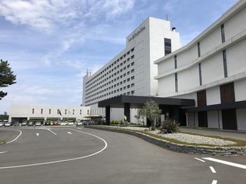 ホテルに隣接する「THERMAL SPA S.WAVE/サーマル スパ エス ウェーブ」(黒い庇のある建物)は、2017年にオープンホヤホヤ。1.2階にエントランスとレストランがあり、3階が温泉フロア、4階がインフィニティプールのあるスパフロアとなっています。