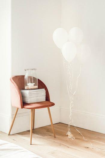 真っ白のバルーンをいくつか束ねて部屋の隅に置くだけで、おしゃれな雰囲気に。シンプルで洗練されたイメージなので、大人だけのパーティーシーンにおすすめです。
