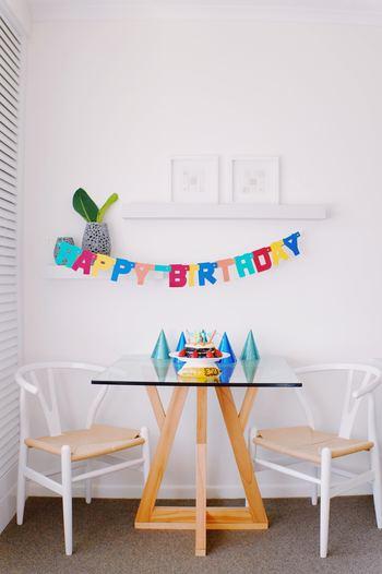 子供の誕生日パーティーなら、賑やかに楽しく。大人が夜に集まるのであれば、キャンドルなどでムードを作るなど、パーティーのデコレーションは、どんな目的で誰がゲストなのかによって、雰囲気を変えることが大切です。