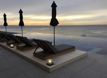 日の出から日の入りまで、空と海が織りなすスペクタルが展開されます。