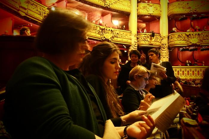 「ミュージカル」の場合は2部構成、「オペラ」によっては3部構成になっている場合もあり、必ず幕間の休憩時間(インターバル)が設けられています。休憩時間は劇場内で自由に過ごすことができるので、座席はもちろん、ロビーでドリンクや軽食を楽しみながら寛いで過ごすことができます。劇場によっては、ロビーでワインを楽しむこともできることも…!  優雅な時を過ごしながら舞台の世界を楽しめるのも、舞台観劇の醍醐味ですね。
