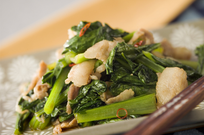 まずはシンプルに、小松菜と豚肉のみを使った簡単炒め物レシピからスタート。あらかじめ下味を付けた豚肉と小松菜を炒め合わせたら、調味料で味付けして出来上がり。ごま油の香りが食欲をそそります。