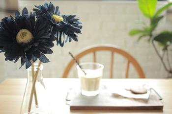 生花を活けるのが苦手と感じる方は、フェイクフラワーでも大丈夫。気に入ったカラーや形のものをフラワーベースにさすだけで華やかになりますよ。お子様がお花を触るかもと心配な時もフェイクだと安心。