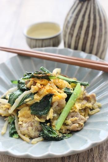 小松菜と豚肉は卵と一緒に炒めてもおいしいですよ♪味付けにめんつゆを使うので、半端に余っためんつゆがあるときにもおすすめ。卵は最後に加えて、さっと炒めるのがコツです。