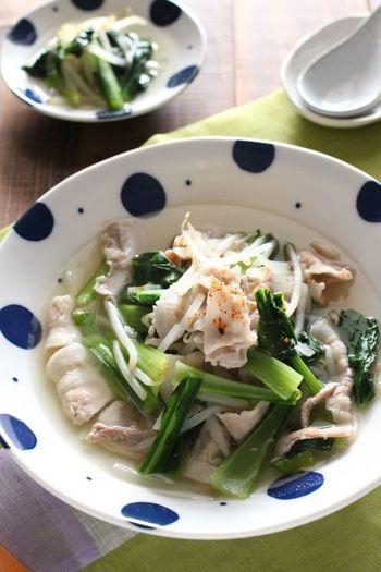 小松菜と豚肉にもやしを加えた、白だしの旨味が決め手の煮物です。さっと煮込めるから10分で完成!とろみを付けて、味を絡みやすくするのもポイント。