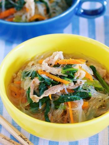 小松菜×豚肉×春雨は煮物のほかに、スープで食べるのもおすすめ。さらに人参も加わって彩り豊かに◎オイスターソースとゴマ油のコクがたっぷりのスープです。仕上げの黒コショウを除けばお子様向けにもいいですね。