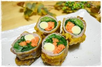 小松菜だけでなく、人参やチーズを豚肉で巻く方法もありますよ。こちらはさらにカレー風味の衣で天ぷらにした一品。小松菜と人参は生のまま巻いて、チーズは溶けにくいプロセスチーズを使うのがおすすめなのだそう♪豚肉で野菜をあらかじめ巻いておけば忙しい朝に便利です。