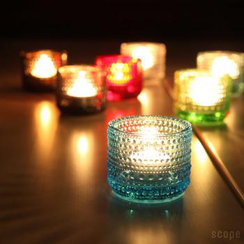 カラフルなガラスのキャンドルホルダーを使って火を灯すと、炎の揺らめきとガラスのキレイな色合いが合わさって温もりあふれる空間に。小さなキャンドルホルダーをたくさん使うとより魅力的になりますよ♪
