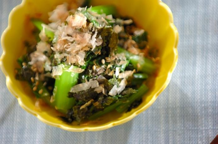 小松菜はビタミンが豊富に含まれているので、これからの季節に積極的に摂りたいお野菜。かつお節、白ごま、焼き海苔の風味が香ばしく、素材の美味しさを活かしたレシピです。