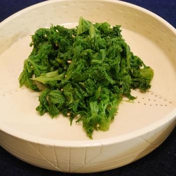 ぴりりと辛味が効いた、大人が喜ぶわさび菜のおひたし。葉をさっと茹で、だししょうゆと白ごま、さらに酢と塩を和えていただきます。