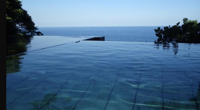 晴天時には伊豆大島を一望する露天風呂「檜」。内湯・露天風呂は2本の自家源泉から引くかけ流しです。