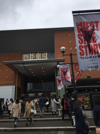 続いて、『劇団』をご紹介。  まず、初心者さんにおすすめしたいのが、ハイクオリティーのミュージカルを上演し続けている『劇団四季』です。歌唱、ダンス、芝居すべてにおいてトップレベルの俳優陣が最高の舞台を作り上げている、日本屈指のミュージカル劇団。  ブロードウェイミュージカルの名作をはじめ、「ライオンキング」や「リトルマーメイド」、「美女と野獣」など人気のディズニーミュージカルも多く上演しており、子どもからお年寄りまで、幅広いファンから支持されています。