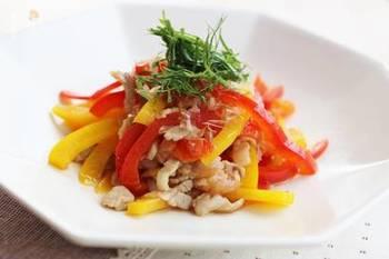 めんつゆとはちみつ梅で味付けする、ささっと作れる炒め物レシピ。パプリカの彩りも食欲をそそります。おかずはもちろん、おつまみとしてもおすすめです。