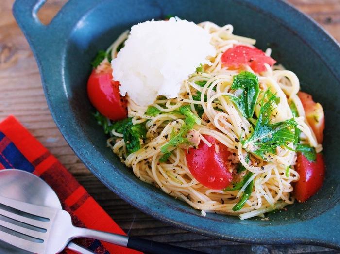ぽん酢とめんつゆで味付けする、ひんやり美味しい和風冷製パスタのレシピ。大根おろしでさっぱり度がさらにアップ!トマトと水菜の彩りが良く、一皿で栄養バランスが良いのも魅力です。暑くて食欲がない日のランチにどうぞ♪