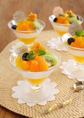 まるでパティスリーにあるような素敵なデザートですが、オレンジジュースやプレーンヨーグルトをゼラチンで冷やし固めただけとシンプル。暑い時季でも優雅に涼めそう。