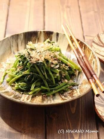 シンプルに油で炒め、塩と醤油で味付けし、最後にカツオ節をハラリ。和風の味付けでご飯もすすむ定番の炒めものです。