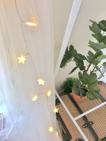 星型のシンプルなLEDライトのガーランド。さりげなくカーテンの上から吊るしてみましょう。夜だとキレイに光が映えますし、昼でもかわいい雰囲気を演出できます。
