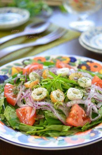 空芯菜はサラダにしても美味しい♪ 茎の部分は裂いて使えば食べやすいです。味にクセのない野菜なのでどんなドレッシングとも馴染みます。