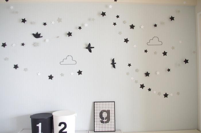 小さな星や鳥のモチーフを、壁いちめんに散りばめたデコレーション。平面の壁を立体的に見せることができるので空間にぬけ感が生まれます。モノトーンで統一すると、ぐっとシックに仕上がります。