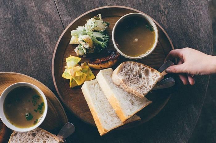 あつあつの焼きたてのパンを、毎朝おうちで食べられたら、きっと幸せに暮らせるはず。 たとえば、前の晩にホームベーカリーに仕込んでおいたり、簡単にフライパンだけで作れたり…。焼きたてパンは、意外と簡単に作ることができるんです。朝食に美味しいパンをいただきましょう♪