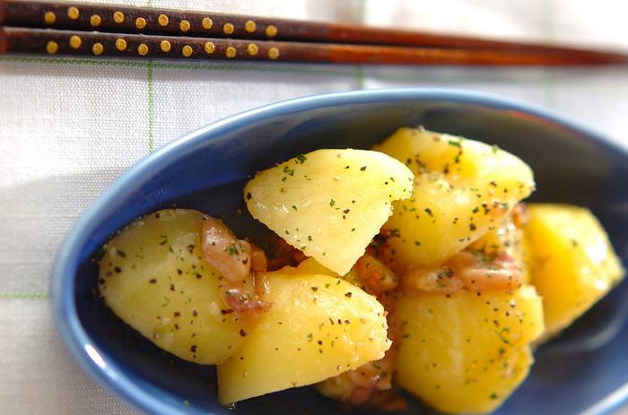 北海道では屋台でもあると言われる、塩辛入りのじゃがバター。バターと一緒にいかの塩辛を加えれば他に味付けしなくても美味しいんです。