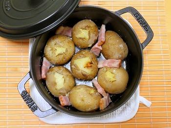 こちらは丸ごとじっくりストウブ鍋で。ベーコンの旨みがじゃがバターと相性抜群です。