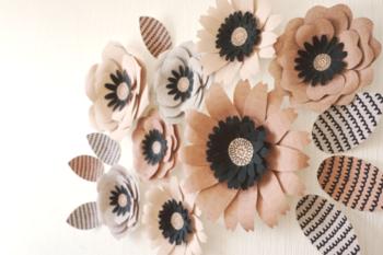 立体的な紙製のお花を壁に飾り付けるのもおすすめです。落ち着いたカラーは大人の誕生日パーティーや還暦祝いなどのシーンにも向いています。