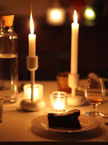 ディナーパーティーでテーブルを華やかにするなら、キャンドルスタンドを使ってみましょう。高さがあるので、テーブル全体が明るくなります。大人っぽいディナーシーンを演出できますよ。