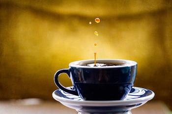 ウォータードリップサーバーの原理を家庭で再現できる方法がこちら。 コーヒー粉を入れたペーパードリップの上に氷をたくさん置いて、溶けたしずくがコーヒー粉をゆっくりと通るようにする方法です。