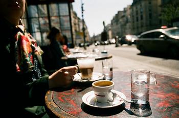 この方法はダッチコーヒーと言われるもので、酸味やえぐみの強いコーヒー豆を美味しく淹れる方法として考え出されたもの。深煎りの豆をたっぷり使うのが、美味しい水出しコーヒーを入れるポイントです。