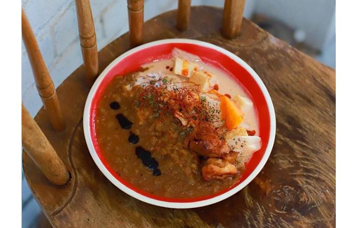たっぷりの玉ねぎを煮込んだ定番の「マンドリルカレー」。 サイドメニューのタンドリーチキンとの相性も抜群! ヨーグルトソースに漬け込むという、その柔らかさとスパイシーさはやみつきに。