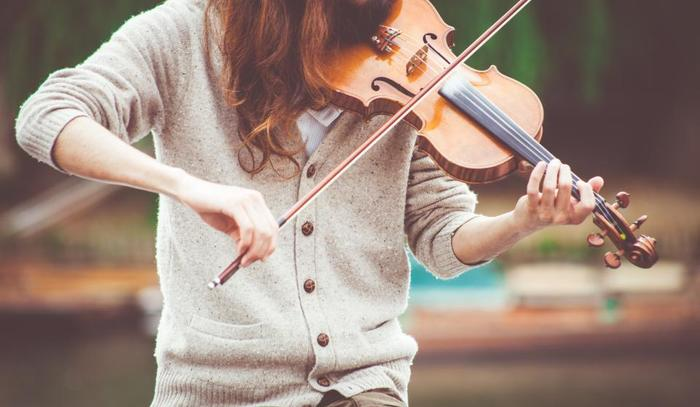 小さい頃から憧れていた楽器といえば、バイオリンをあげる人が多いのではないでしょうか。オーケストラの中でも花形であるバイオリンは上達すれば一人でも、大勢でも楽しめる素敵な楽器です。練習を重ねて上手になったら、オーケストラデビューしてみると、新しいコミュニケーションのきっかけにもなりますね。