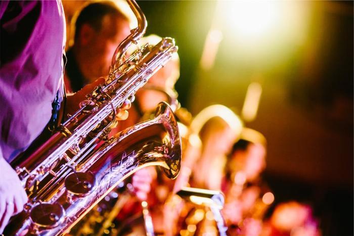 ジャズ好きの方の憧れといえば、こちらのサックス。楽器を構えた姿もカッコよくて、渋い音色にはときめきますよね。サックスはソプラノサックス、アルトサックス、テナーサックス、バリトンサックスという4種類に分かれているので、どの音域のサックスを学びたいのか調べておくといいでしょう。サックスは音を出すコツをつかみやすい楽器なので、大人になってから始める人が多い楽器でもあります。
