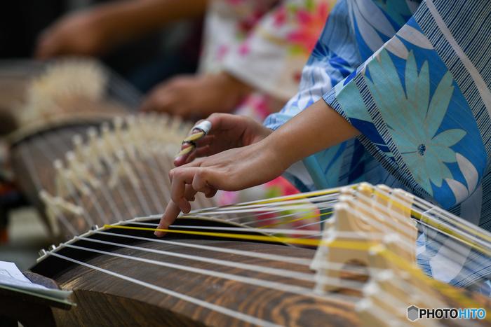 雅な和の世界観を体感できるお琴。お琴には生田流と山田流という二大流派があり、指につける爪のかたちや歌の節などが異なります。お琴の教室は、個人の先生が自宅で行っていることが多いのですが、初心者さんはまずはカルチャースクールや大手の楽器教室などで基本を学んでみると、すんなりと入ることができるでしょう。お琴を習うことで、日本の文化や歴史にも興味が湧いてきますよ。