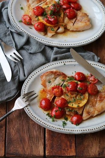とってもフォトジェニックな一品がこちらのガーリックトマトソースのレシピ。ガーリックと豚の油、そしてプチトマトの最強コラボレーション。ソースはバケットに浸しながら食べても美味しいですよ。ポークの爽やかな甘みとベストマッチングのソースです。