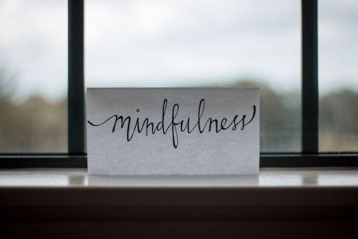 でも、いくらご説明しても、その効果を実感されてみないことには「?」マークのままですよね?ですから、まずはやってみましょう!1日のどこかで10分だけ時間を作ってください。昼間は活動されている方が多いと思うので、朝起きた時か寝る前の時間帯がおすすめです。  そして瞑想法についてですが、今回ご紹介するマインドフルネス瞑想法には5つのステップがあります。何ひとつ難しいことはないので、順を追ってやってみてくださいね。
