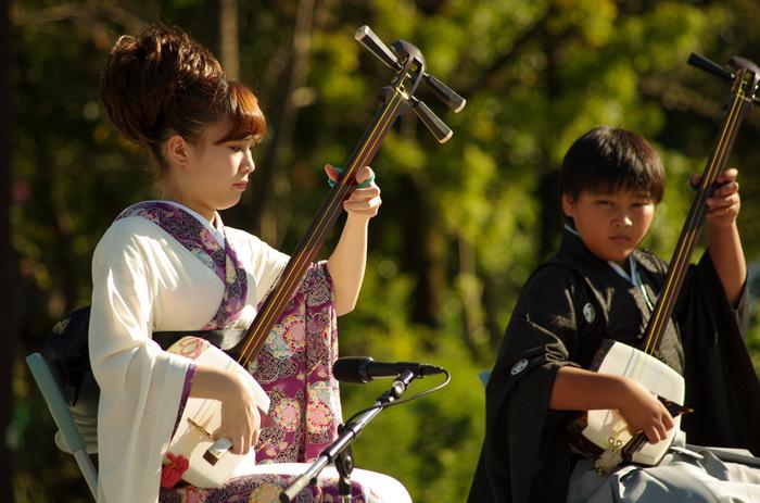 三味線は携帯性に優れた楽器なので、どこでも弾くことができます。グローバル化が進む世の中で、日本の文化の素晴らしさを伝えることにもつながり、コミュニケーションツールとして役立ちます。また、三味線は合奏でも楽しむことができる楽器です。大勢で一緒に同じ曲を弾くという感動を味わうと、一層練習したい気持ちが盛り上がりますよ♪